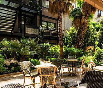 B Montmartre Courtyard