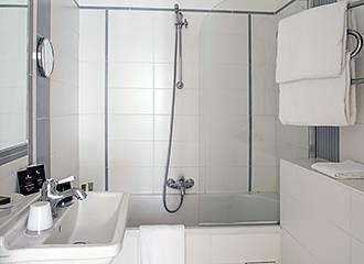 Hotel Eiffel Seine bathroom