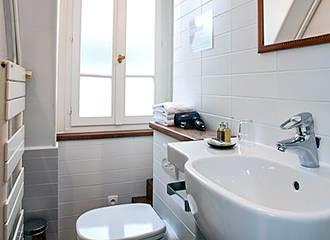 HotelHome Paris 16 bathroom