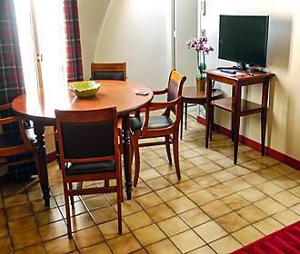 HotelHome Paris 16 dining room
