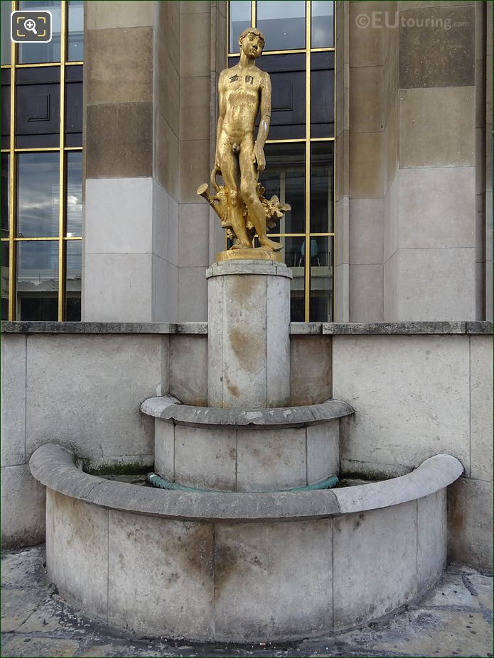 Le Jardinier Golden Statue Inside Jardins Du Trocadero