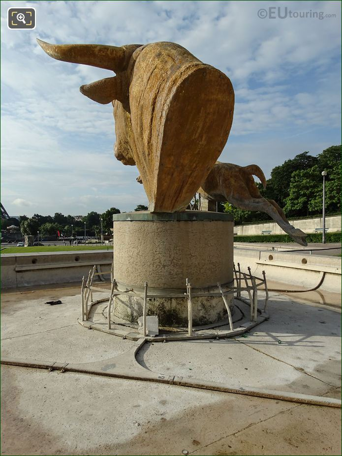 Water Jets Around Bull And Deer Water Fountain In Jardins Du Trocadero