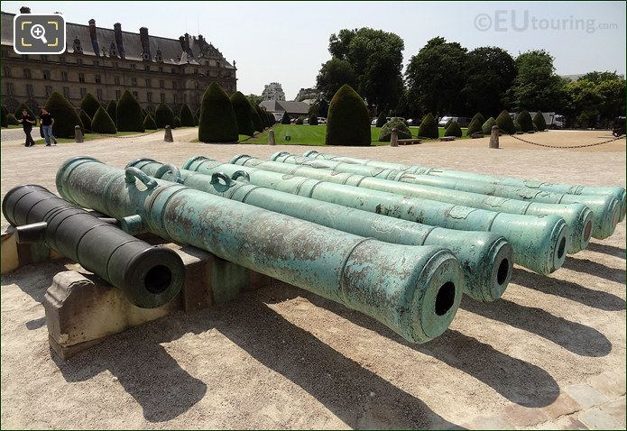 Hotel Les Invalides Gate Cannons