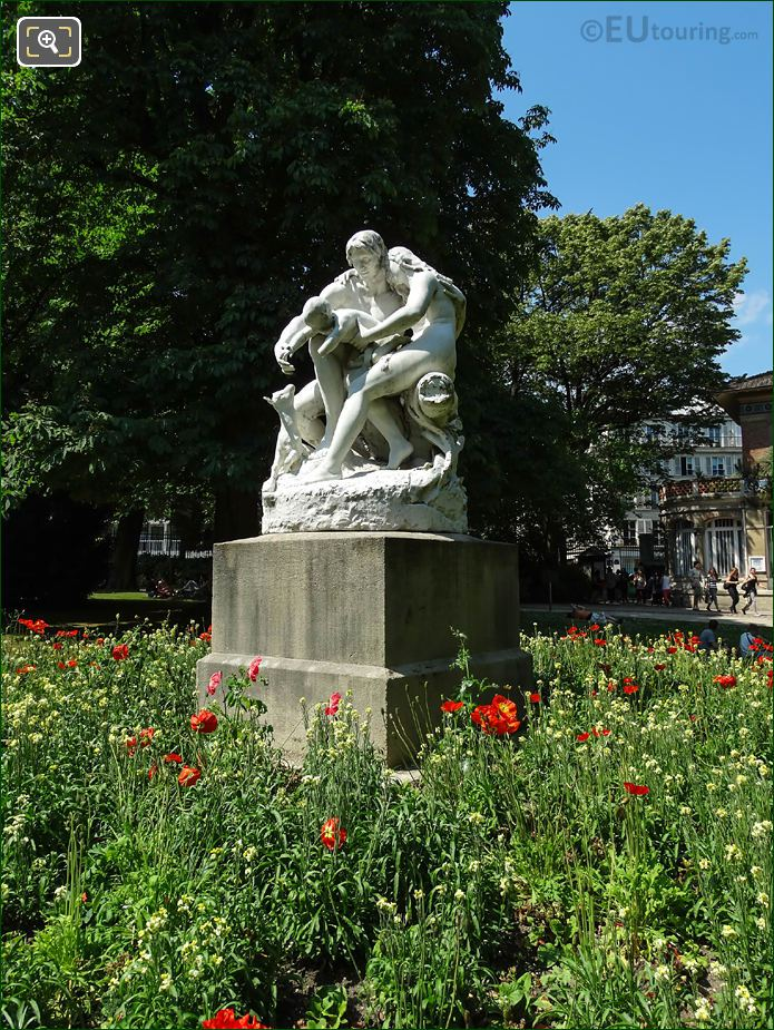 Iceland Poppies Around Joies De La Famille Statue