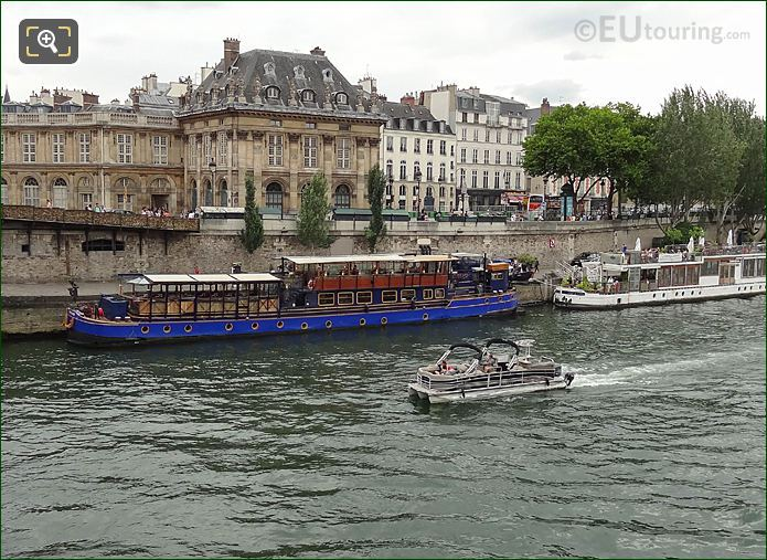 Green River Cruise Boat River Seine Passing Institut De France