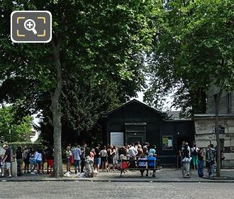Tourists Queuing Waiting To See Catacombes De Paris