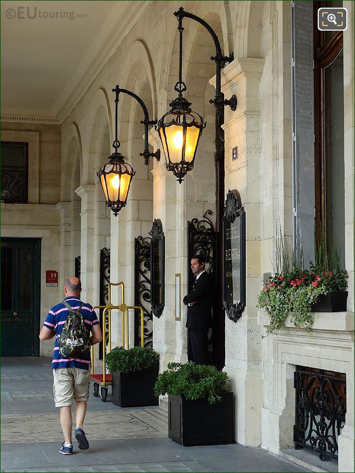 Doorman Entrance Hotel Regina Place Des Pyramides