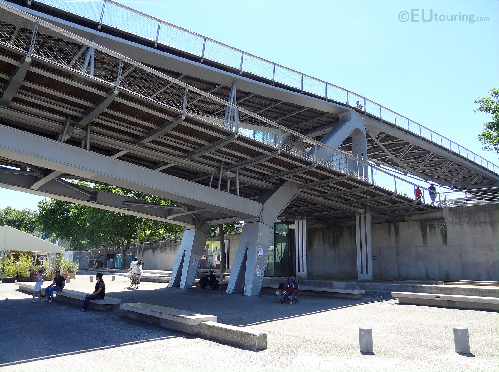 Hd photographs of passerelle simone de beauvoir bridge paris for Passerelle definition