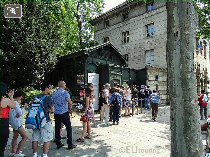 Paris Catacombes Entrance Tourist Queuing