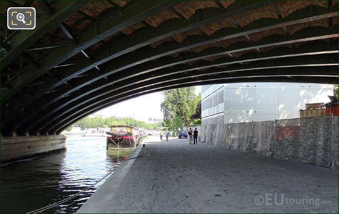 Quai Under Pont De Sully