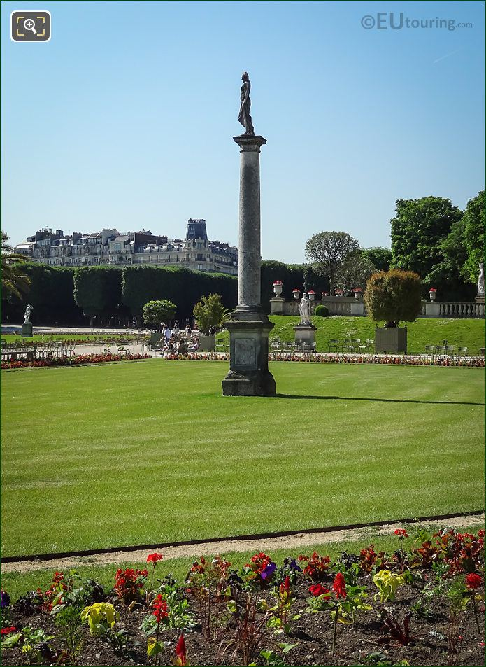 Venus Sortant Du Bain Statue On Column