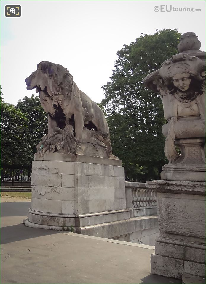 Lion a l'Enfant Statue South Side