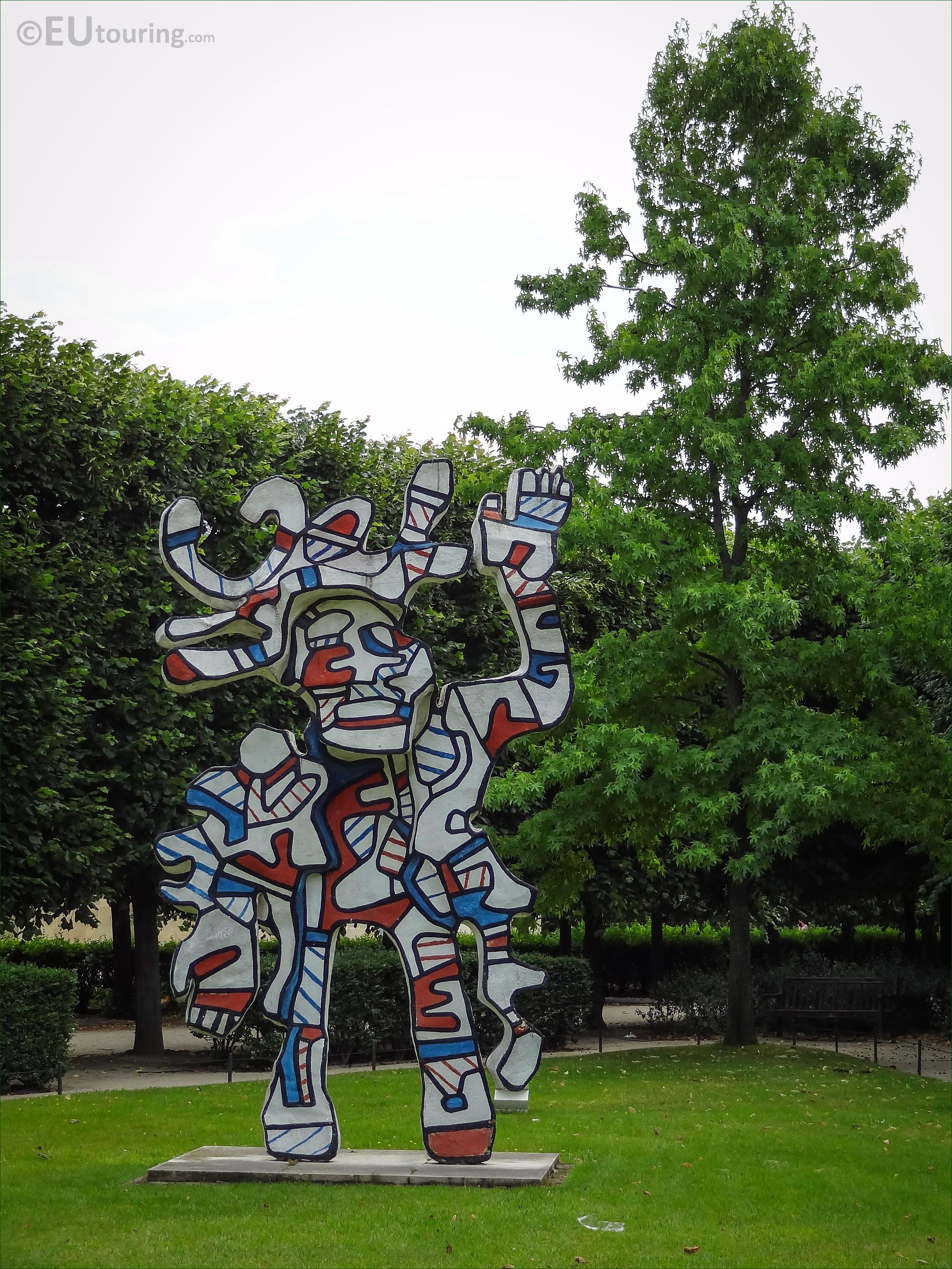 Photos of le bel costume statue in jardin des tuileries for Costume nain de jardin
