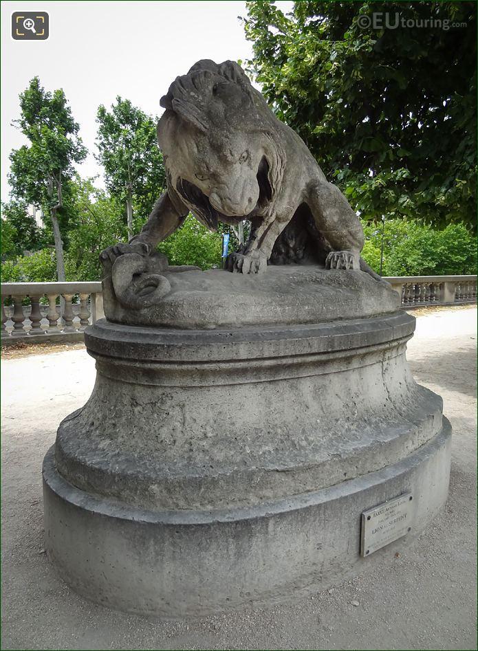Lion Au Serpent Statue On Terrace Du Bord De l'Eau
