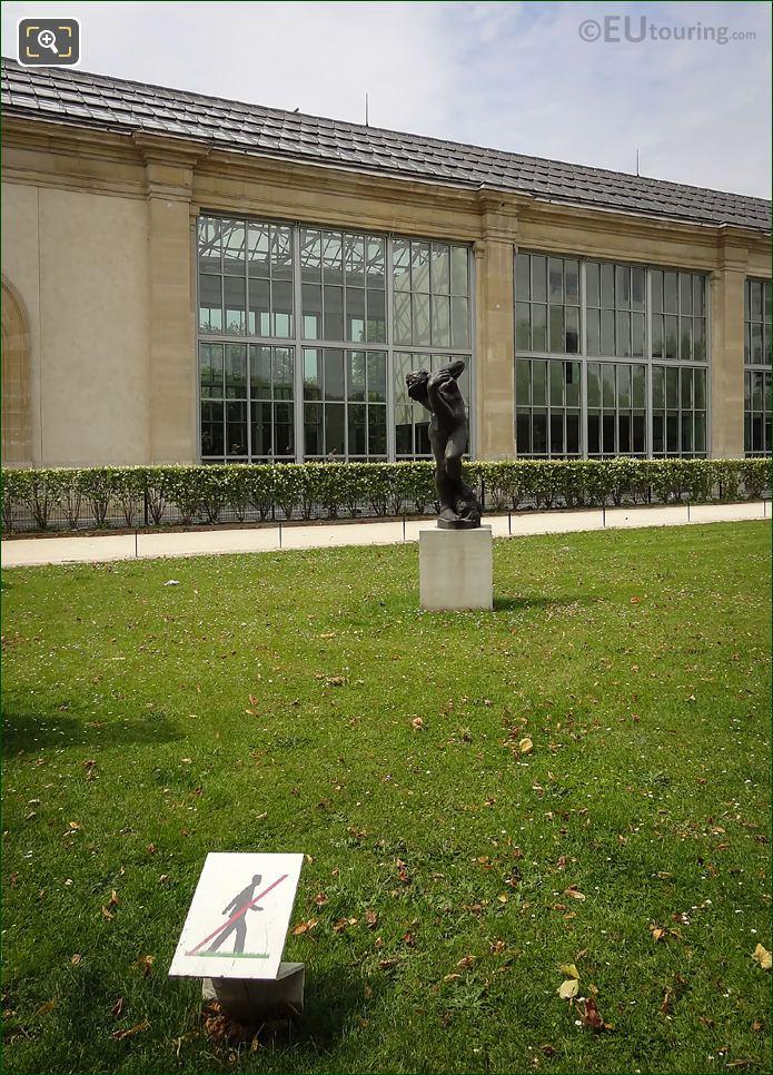 Meditation Avec Bras Statue In Terrasse De l'Orangerie