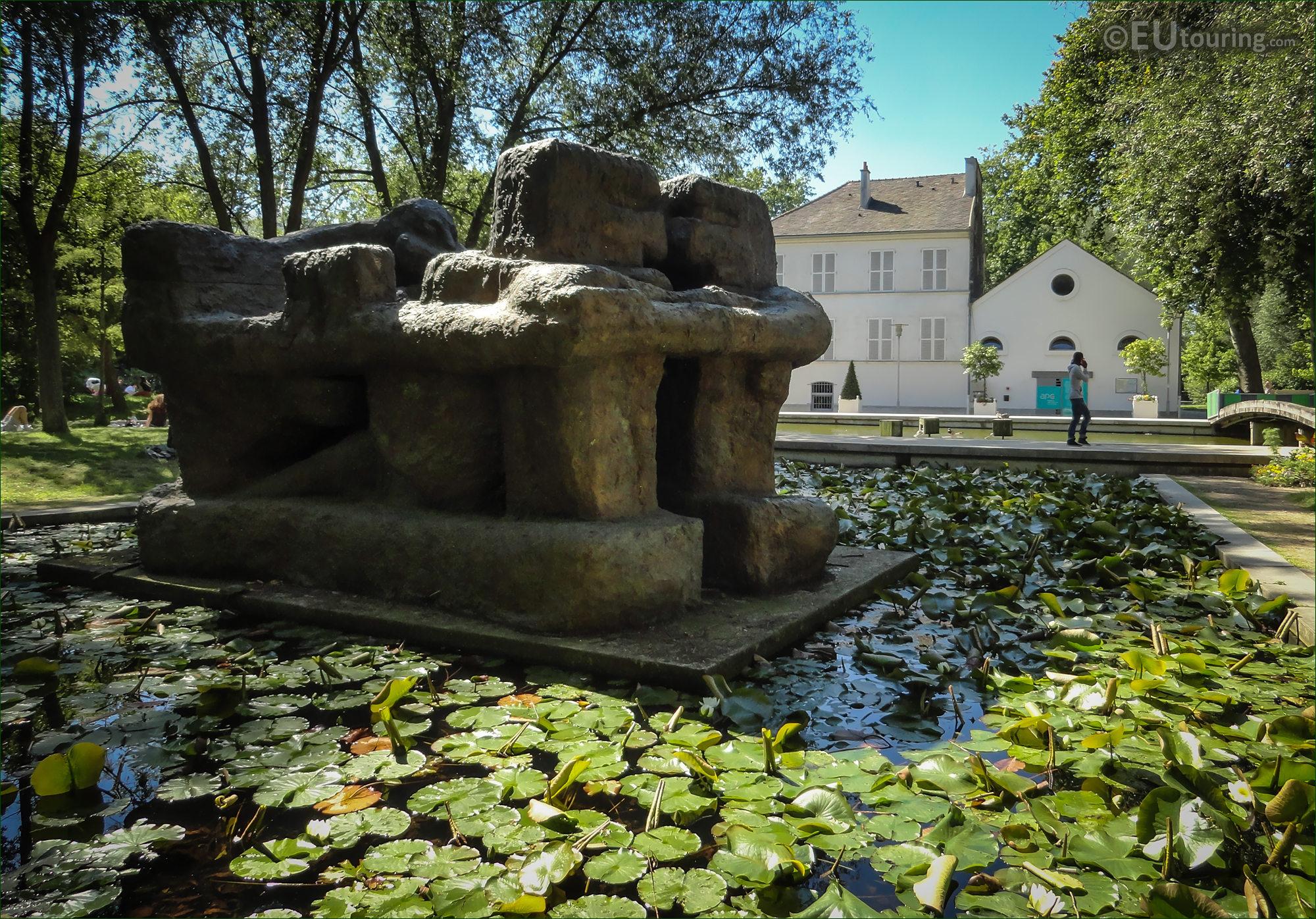 Photos of la demeure x statue within parc de bercy paris for Jardin yitzhak rabin