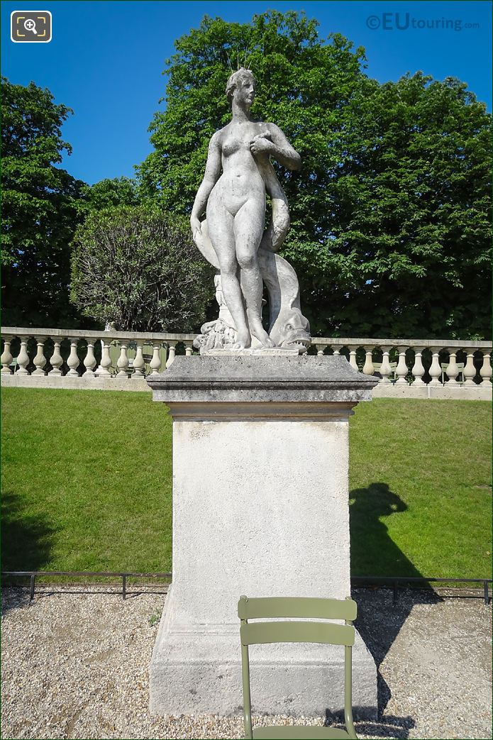 Photos of venus au dauphin statue in jardin du luxembourg for Definition du jardin
