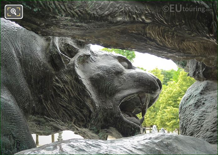 Lionesses Head On Lion Et Lionne Se Disputant Un Sanglier Statue