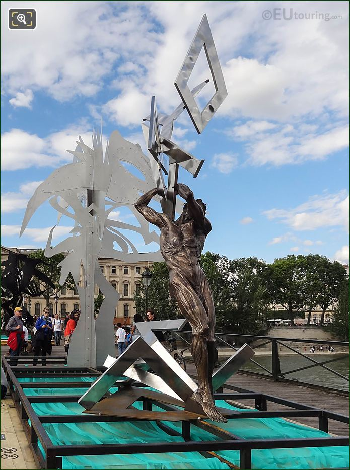 Enchanted Footbridge Exhibition Le Ciel Lui Tombe Sur La Rete Sculpture