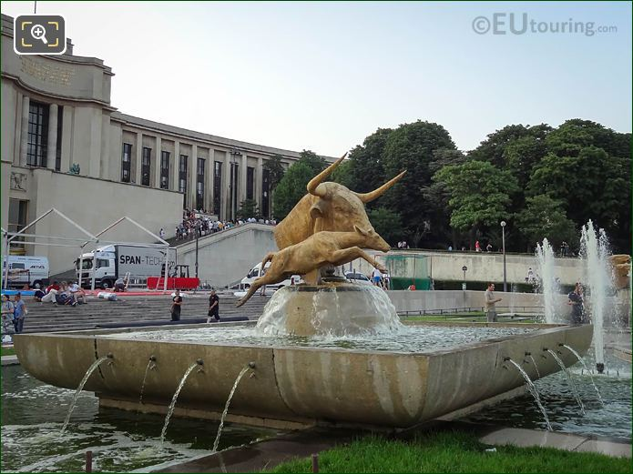 Trocadero Gardens Water Fountain Statue Taureau Et Daim