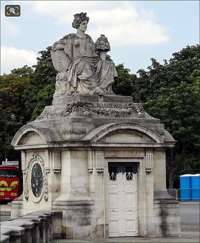 Place de la Concorde Bordeaux statue
