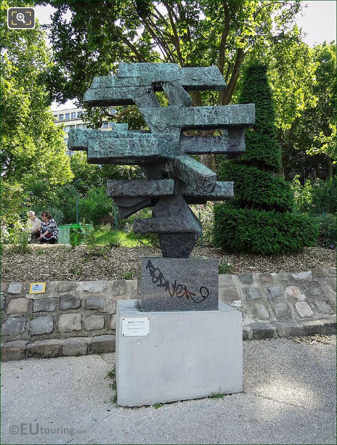 Le Grand Signe Sculpture In Paris