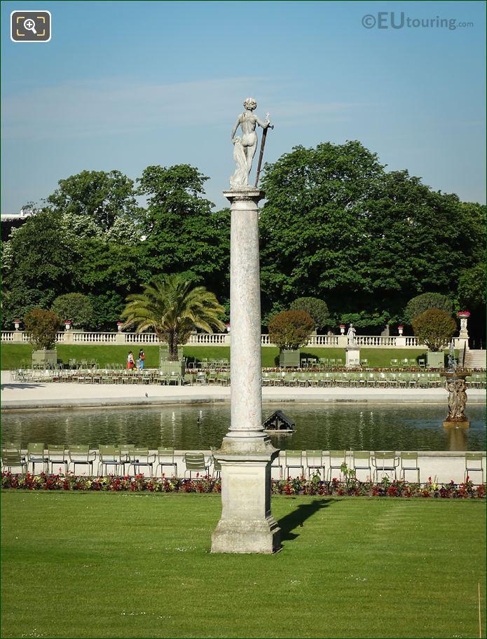 David Vainqueur De Goliath Statue On Column