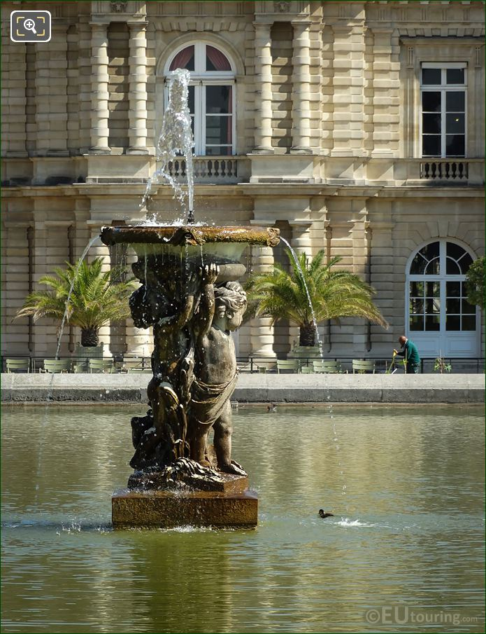 Enfants Supportant Une Vasque Fountain Statues