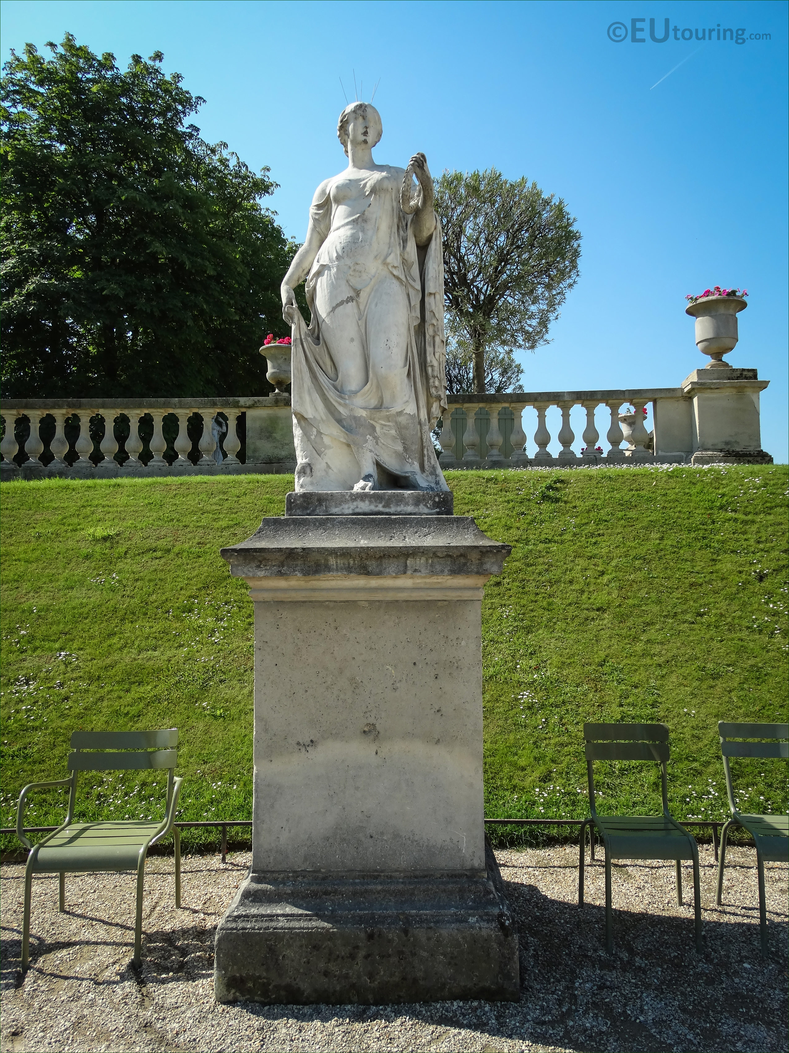 Photos of flore statue inside jardin du luxembourg paris for Definition du jardin