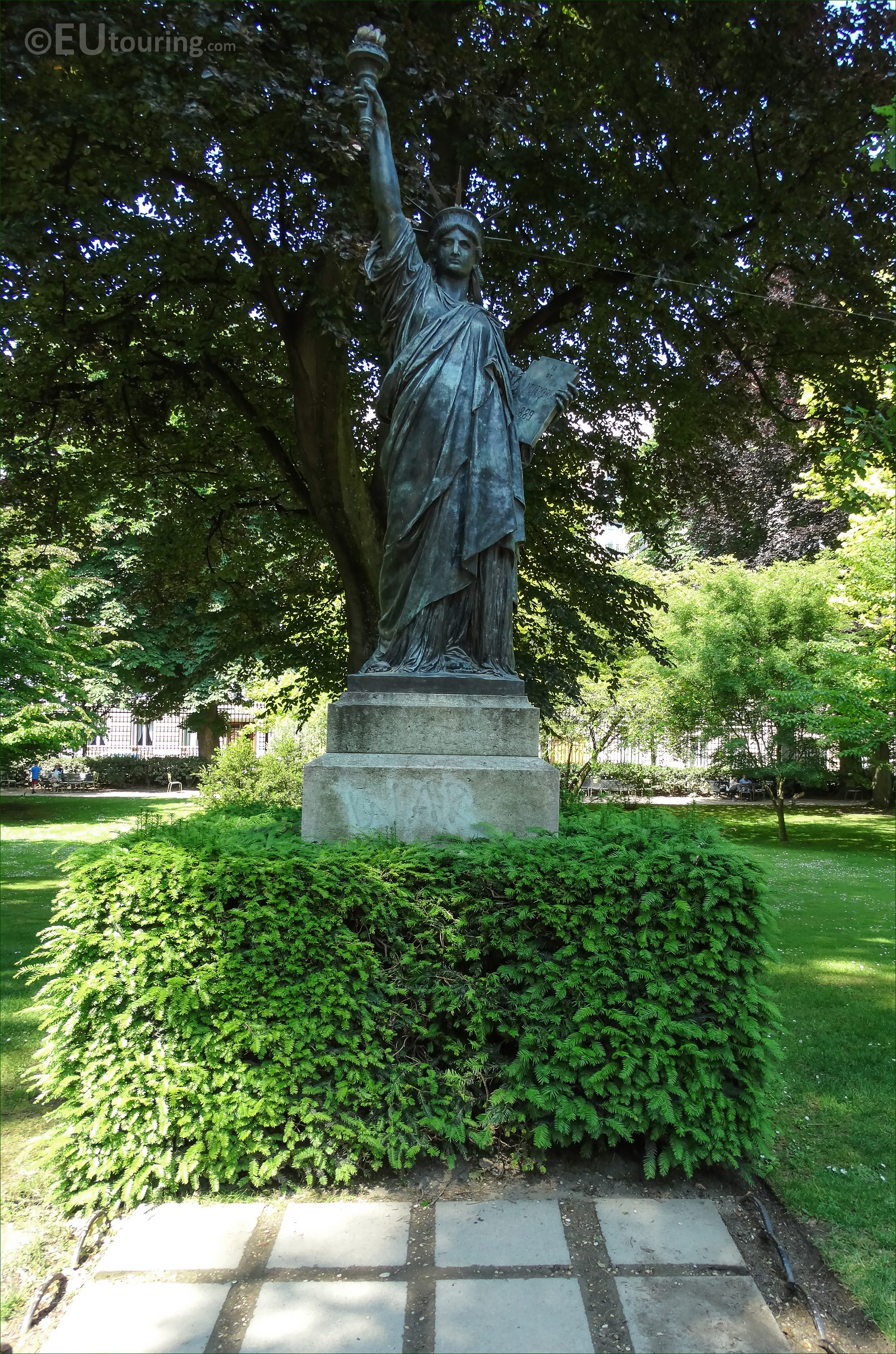 Photos of statue of liberty in luxembourg gardens paris for Definition du jardin