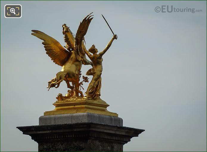 Golden Statue Renommee Du Commerce