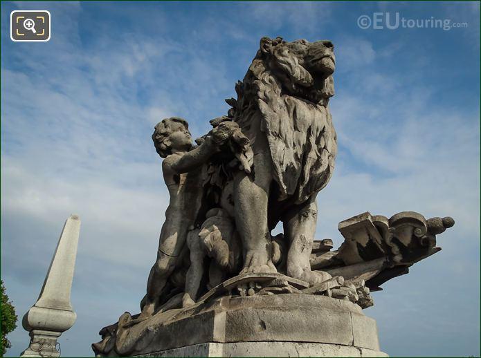 Pont Alexandre III Lion Conduit Par Un Enfant Statue