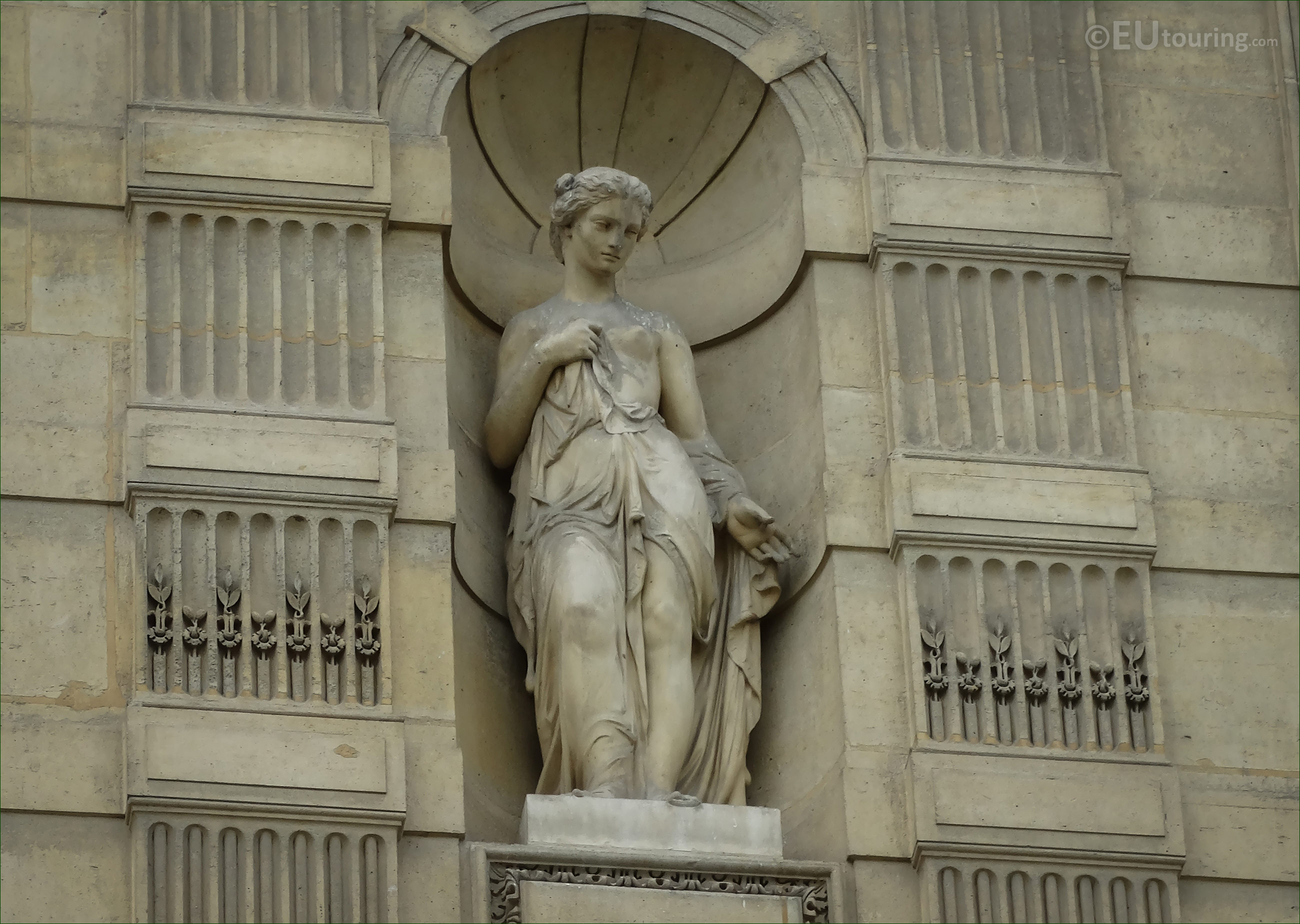 photos of goddess of the soul statue at musee du louvre