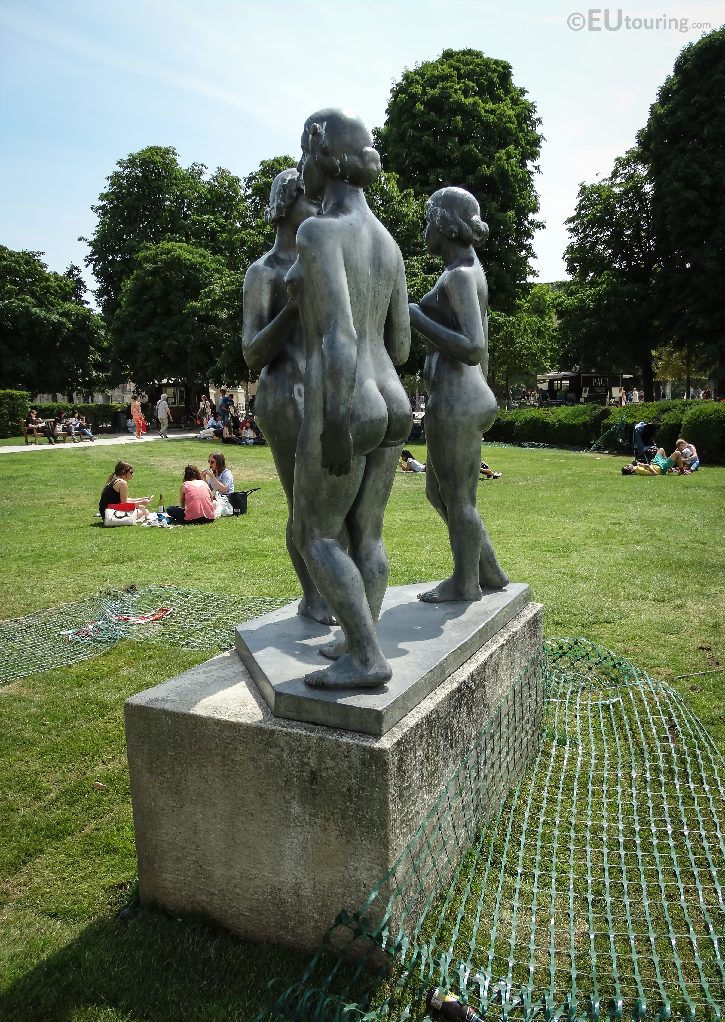 photos of les trois graces statue in tuileries gardens. Black Bedroom Furniture Sets. Home Design Ideas