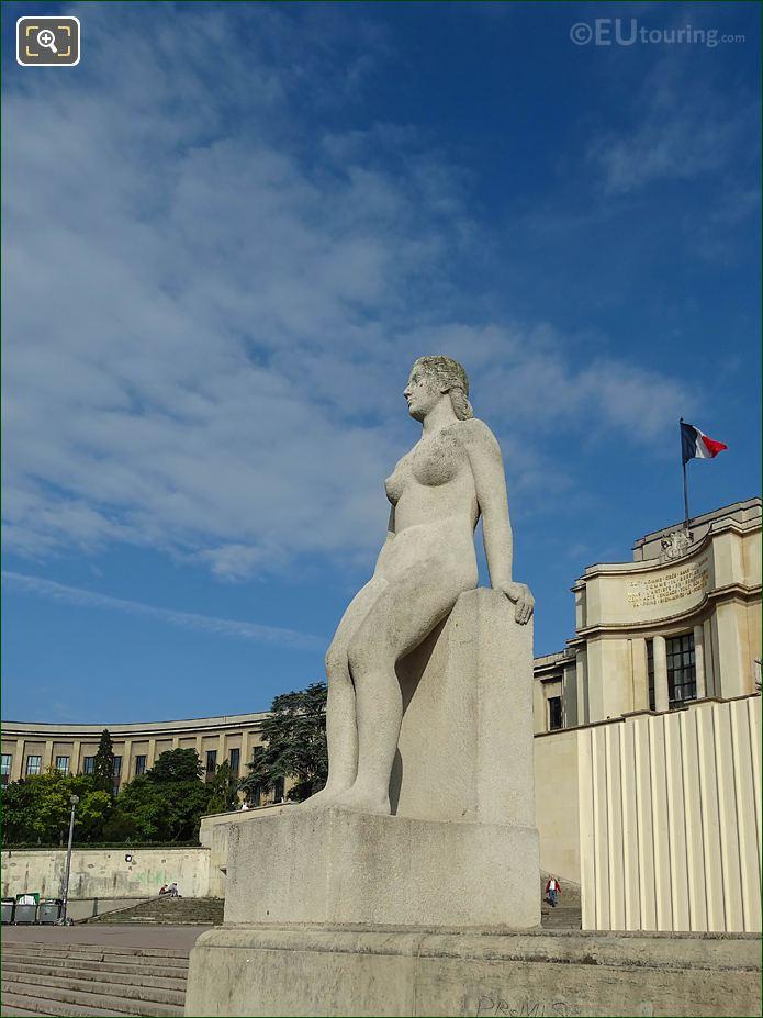 La Femme Statue With Palais De Chaillot