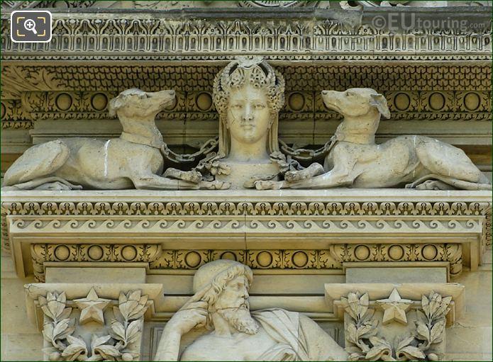 Aile De Marsan LHS First Window Diane Avec Des Chiens Sculpture