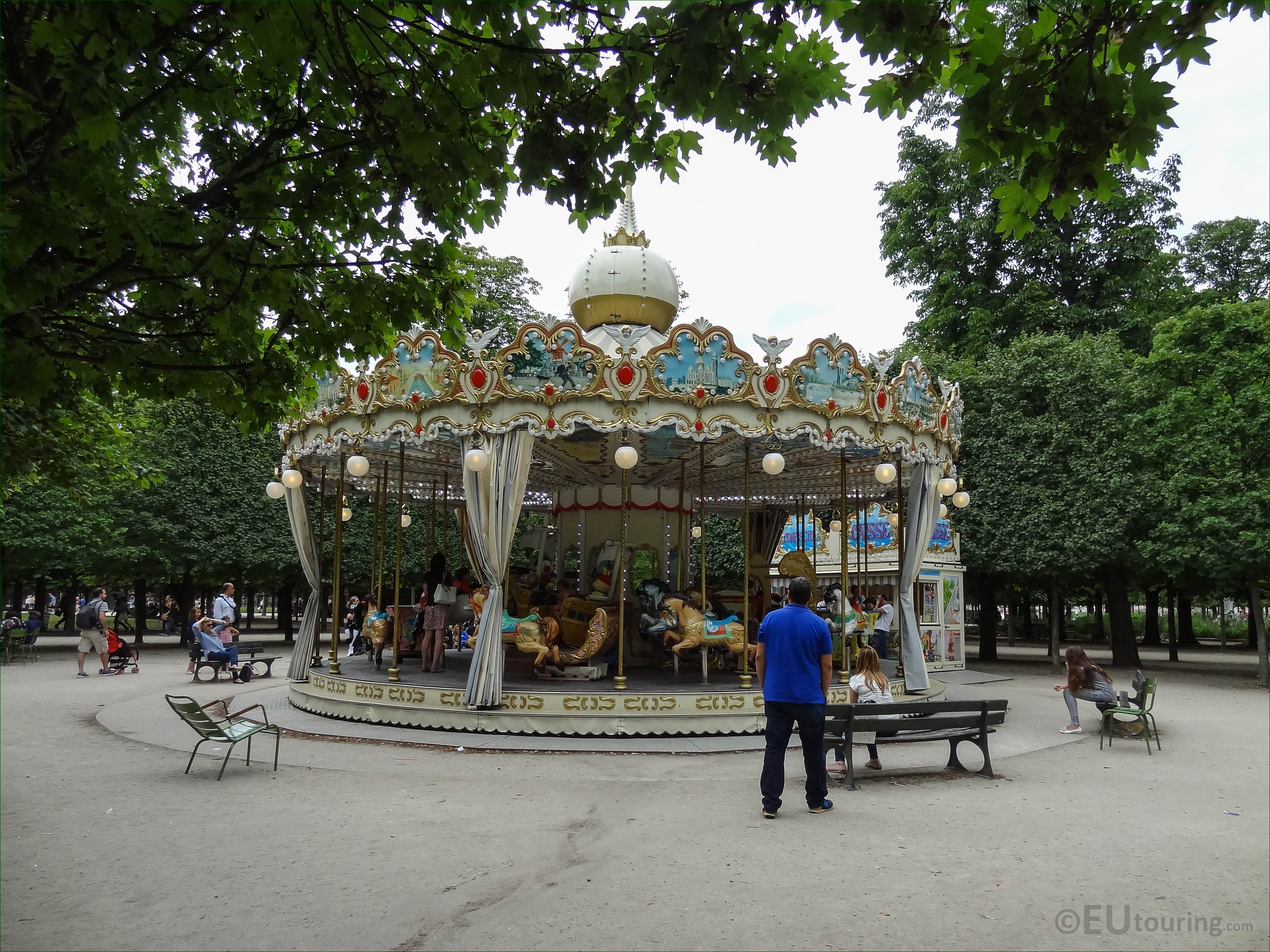 Traditional Merry-go-round in Jardin des Tuileries - Page 48